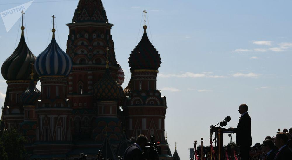 Россиянын куралдуу күчтөрүнүн жогорку аскер башчысы Владимир Путин парад учурунда эл алдына чыгып сүйлөп жатат