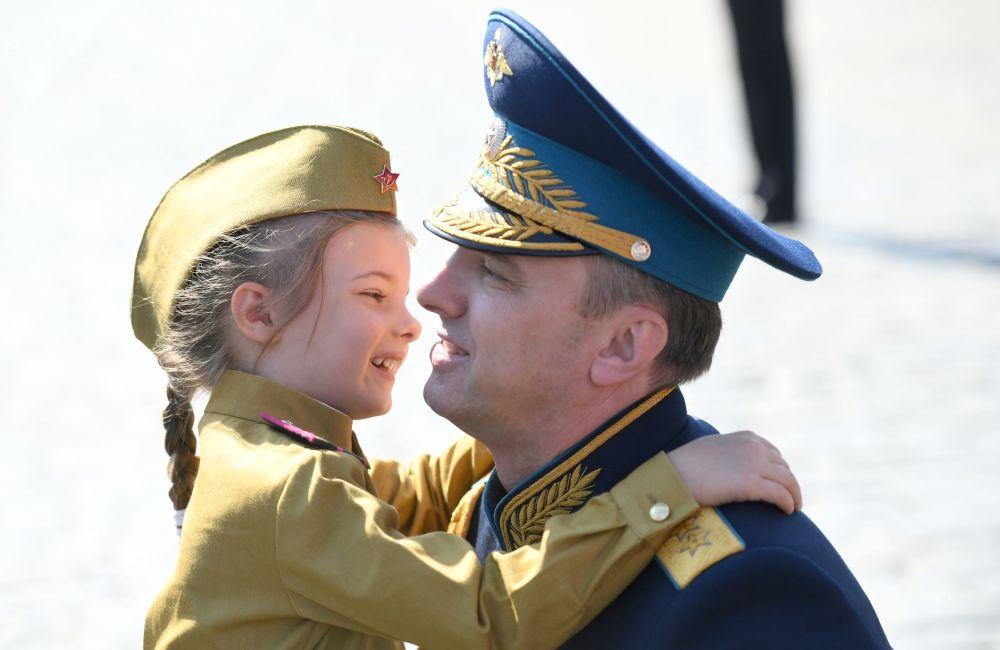 Россиянын коргоо министринин орун басары Юрий Садовенко парад башталаар алдында