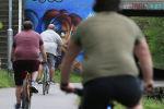 Мужчины с лишним весом катаются на велосипеде. Архивное фото