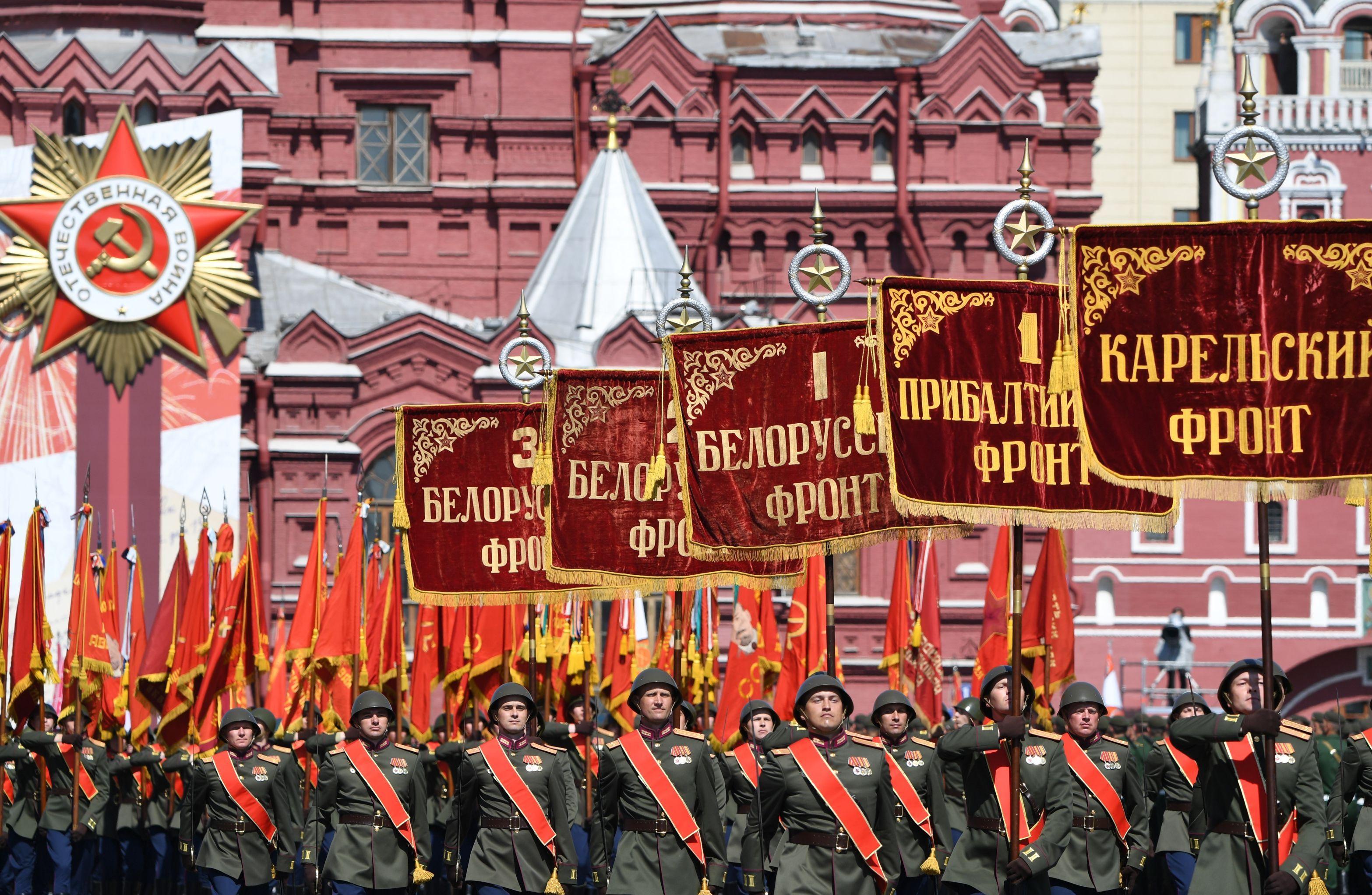 Группа со штандартами фронтов (Военная академия Ракетных войск стратегического назначения) во время военного парада в ознаменование 75-летия Победы в Великой Отечественной войне 1941-1945 годов на Красной площади в Москве.