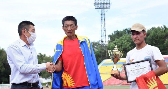 45-летний бегун-любитель Оболбек Осмонбеков пробежал ультрамарафон из села Талды-Суу Ат-Башинского района (Нарынская область) до Бишкека