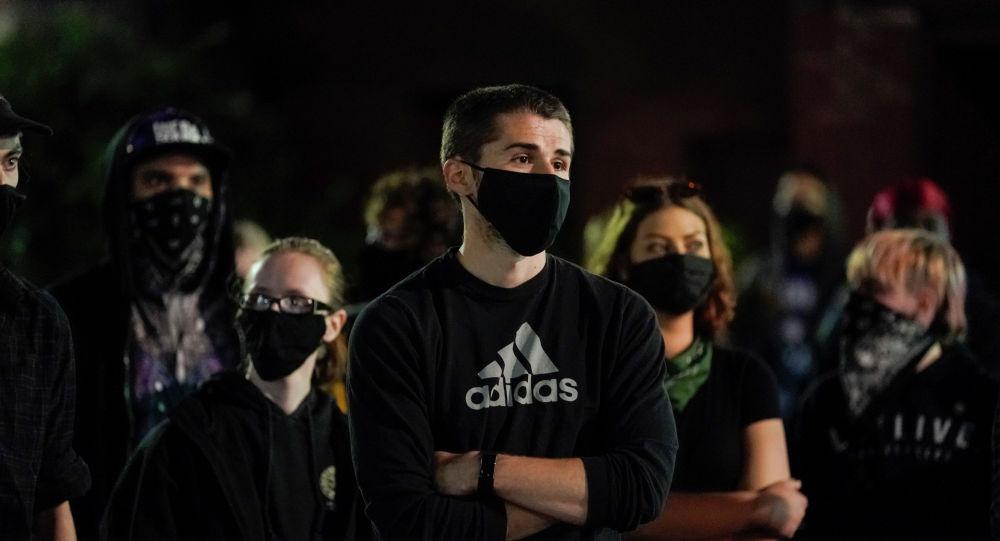 Протестующие в американском городе Мэдисон из-за смерти афроамериканца Джорджа Флойда