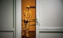 Медицинский работник в СИЗ. Архивное фото