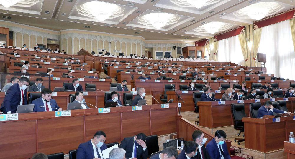Депутаты во время отчета о работе Правительства Кыргызской Республики за 2019 год на заседании Жогорку Кенеша.