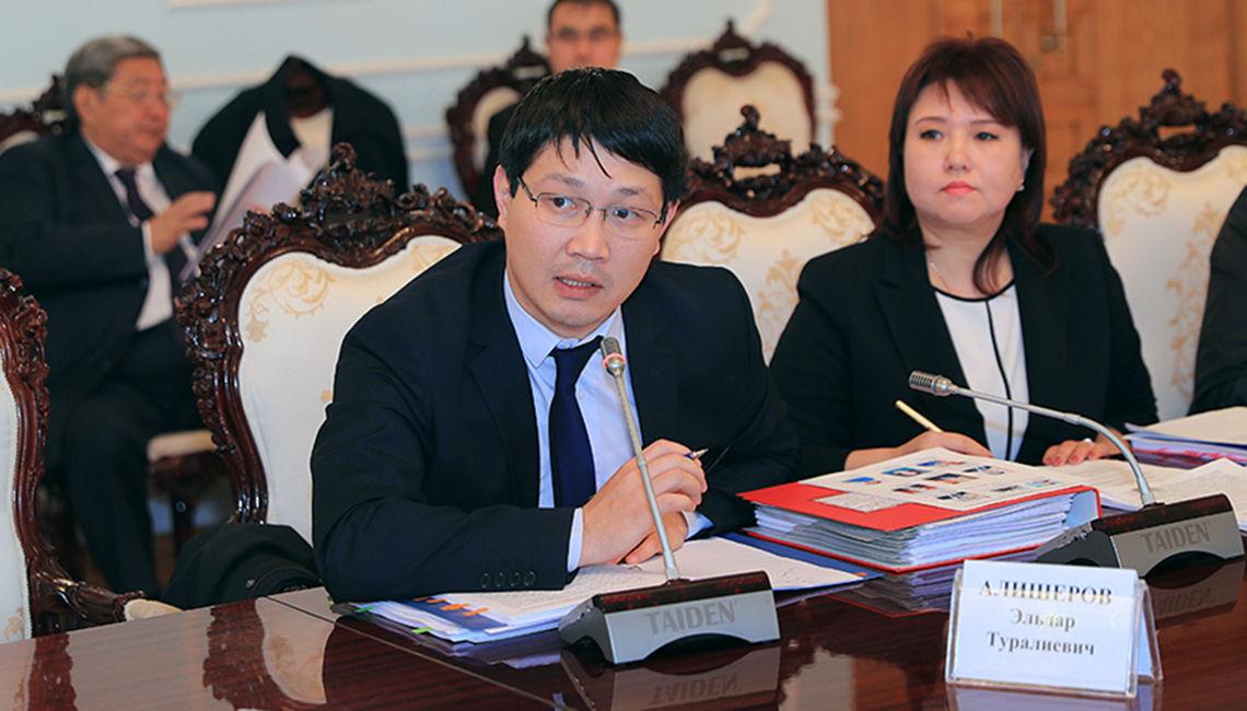 Заместитель министра экономики КР Эльдар Алишеров на рассмотрении закона в Жогоку Кенеше. 30 октября 2018 год