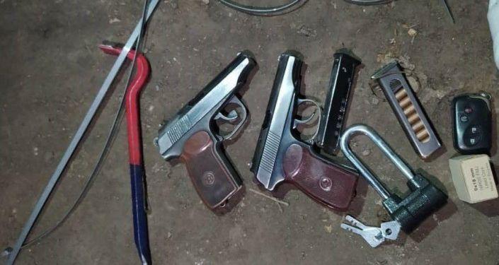 Вещи подозреваемых в серии ограблений банков, обменок и магазинов