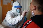 Медсестра берет образец из горла человека для теста на коронавирус. Архивное фото