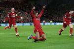 Футболисты Ливерпуля празднуют забитый гол на Энфилде. Архивное фото