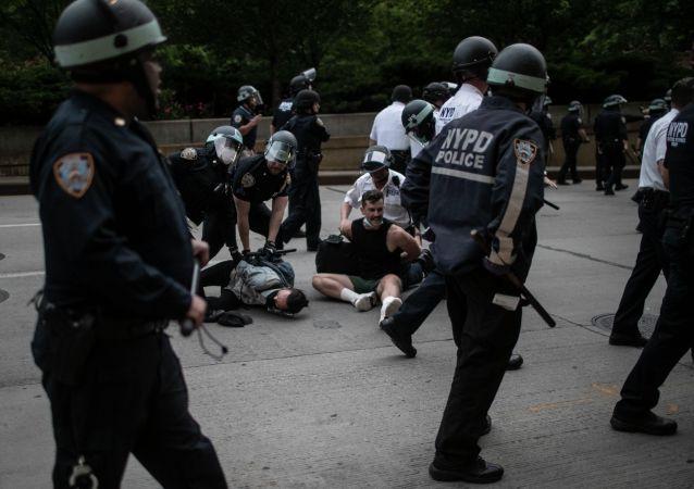 Полицейские арестовывают протестующих в Нью-Йорке. Архивное фото