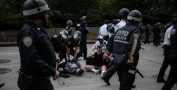 Полицейские арестовывают протестующих в Нью-Йорке во время акций протеста. Архивное фото