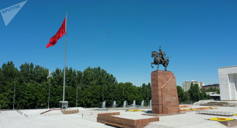 Памятник Манасу и флагшток на площади Ала-Тоо в Бишкеке. Архивное фото