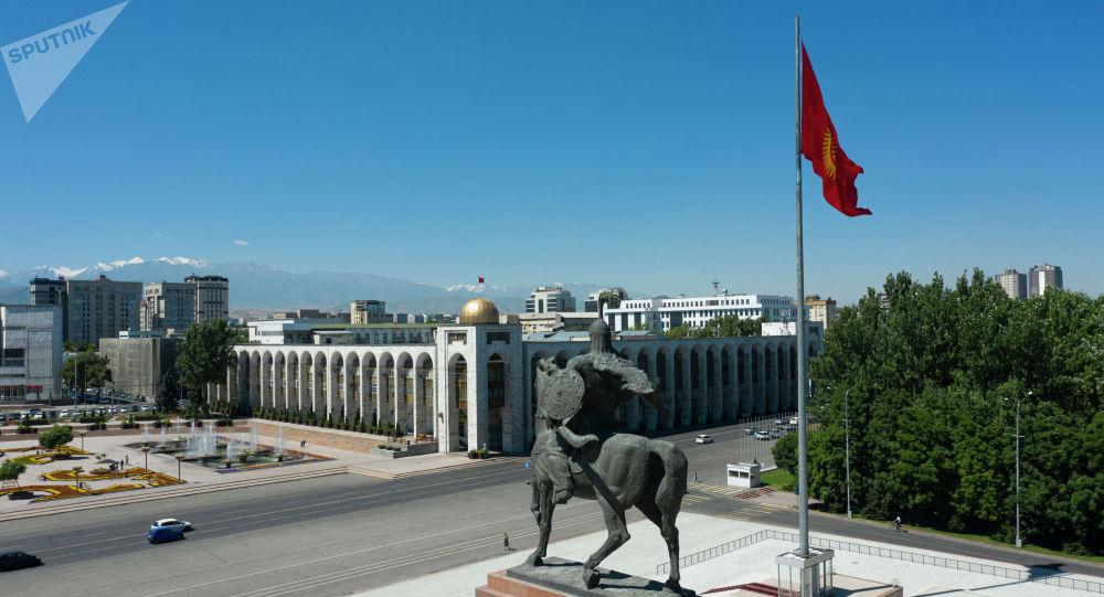 Бишкектеги Ала-Тоо аянтында Манас эстелиги жана флагшток. Архив