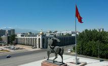 Памятник Манасу и флагшток на площади Ала-Тоо в Бишкеке