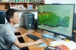 Сотрудник Института коммуникаций и информационных технологий при КРСУ во время работы