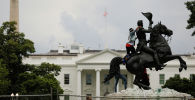 Вашингтондогу Эндрю Жексондун айкелин кулатууга аракет кылып жаткан адам