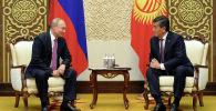 Президент КР Сооронбай Жээнбеков и глава РФ Владимир Путин во время встречи в Бишкеке. Архивное фото