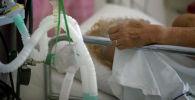 Пациент, инфицированный коронавирусной болезнью (COVID-19) в больнице. Архивное фото