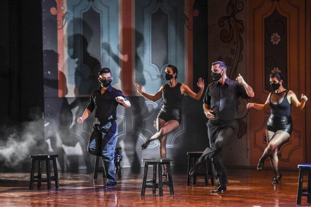 Первое время танго было популярнов бедных портовых районах приморских городков, а сегодня является неотъемлемой частью танцевального мира