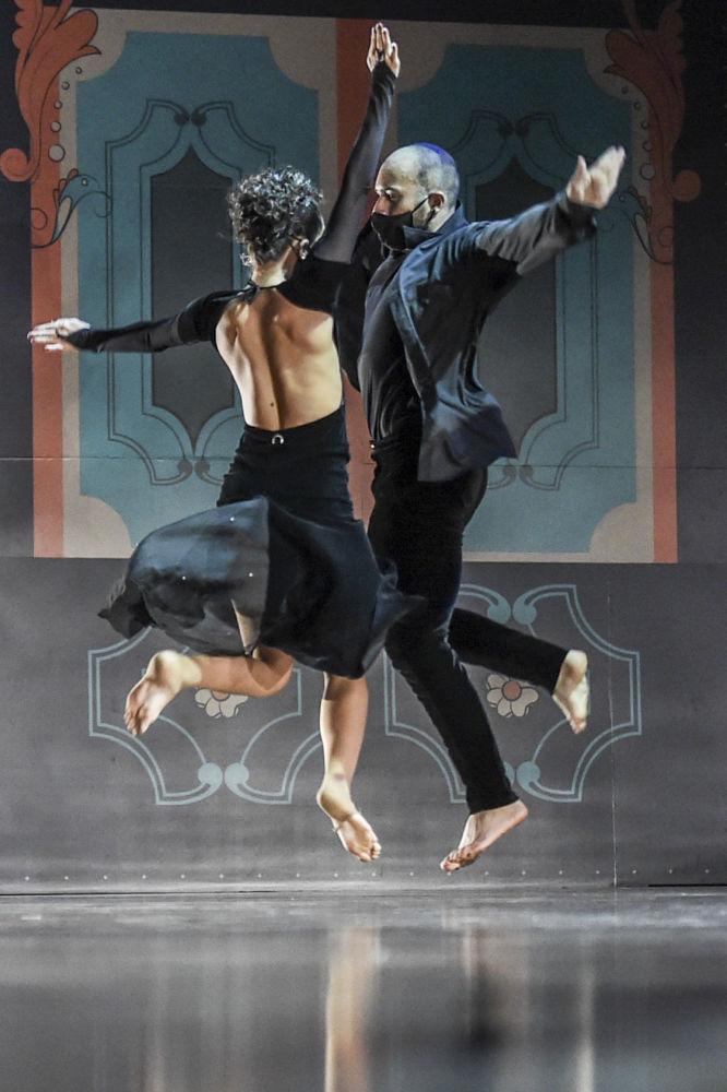 Слово танго, возможно, происходит от латинского tangere или африканского tango (барабан, место для танцев)