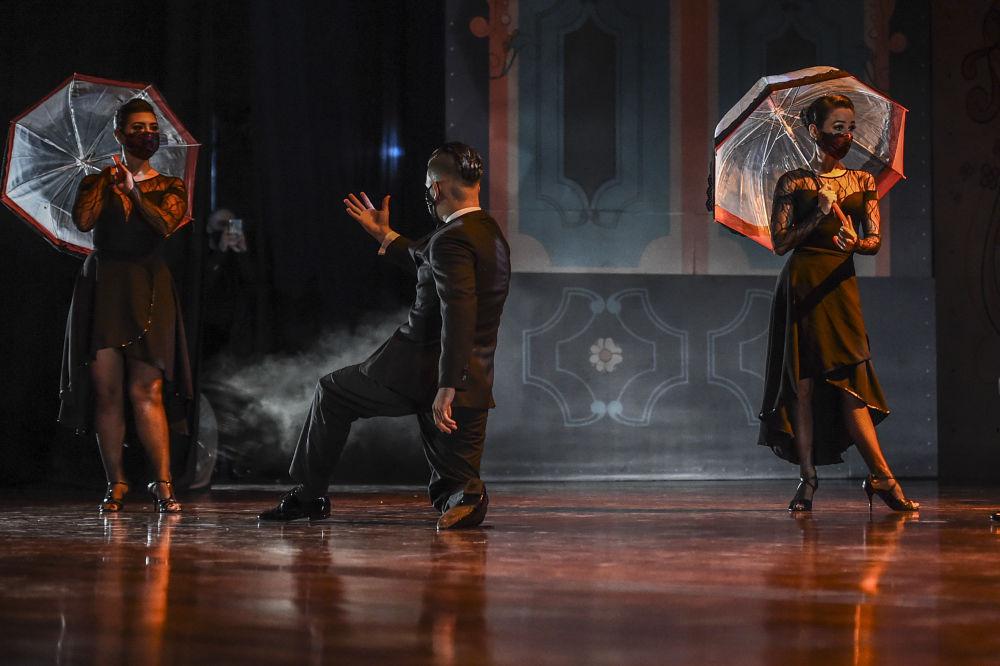 Великий танцор Карлос Гавито говорил, что танго — это четыре ноги, две головы и одно сердце