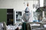 Врач и пациент в реанимации больницы. Архивное фото