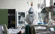 Врач и пациент в реанимации. Архивное фото