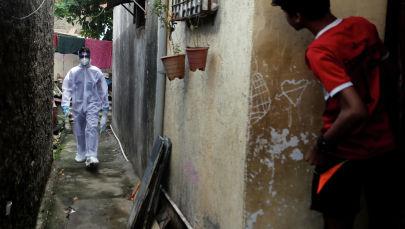 Коргоочу костюмдагы медик Мумбайдагы көчөдө бара жатат. Архив