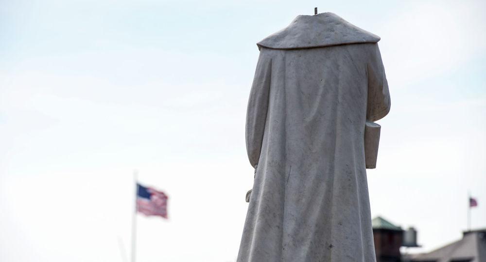 Обезглавленная статуя Христофора Колумба в одноименном парке в Бостоне (США) после массовых беспорядков связанных со смертью Джорджа Флойда