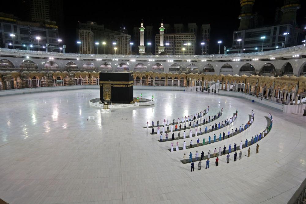 Верующие читают молитву в мечети аль-Харам в Мекке. 23 июня 2020 года