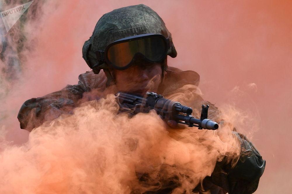 Военнослужащий Кантемировской танковой дивизии гвардейской танковой армии Западного военного округа во время учений в Московской области