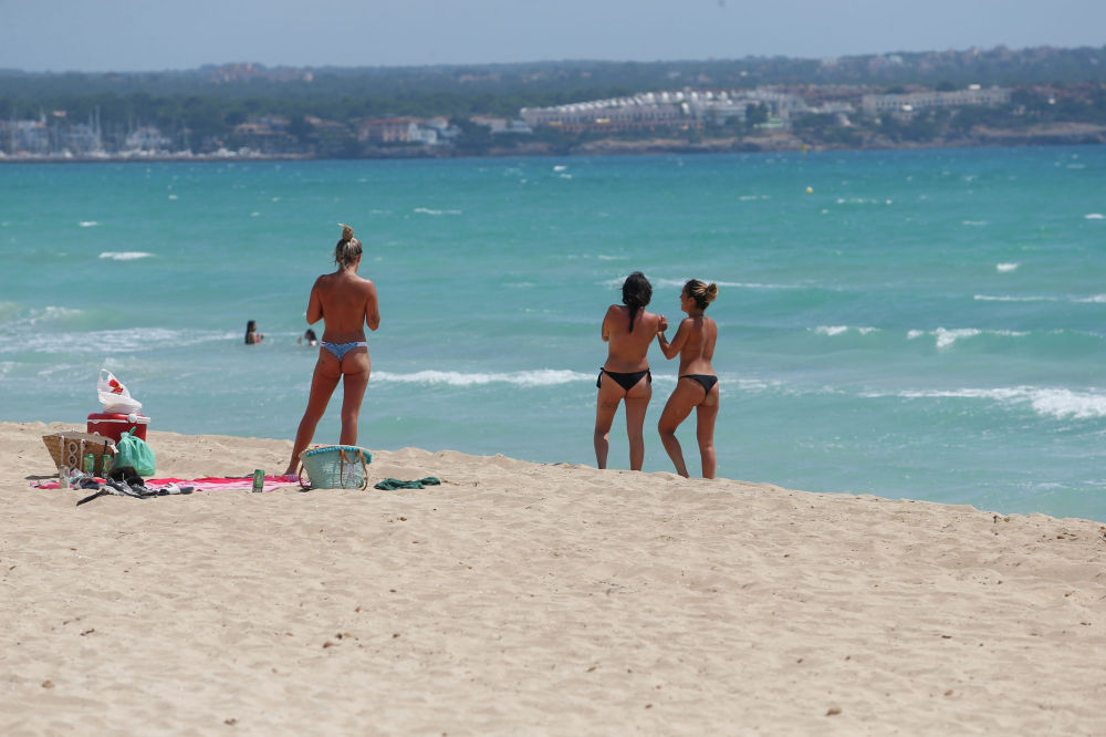 Девушки на пляже Плайя-де-Пальма в Испании