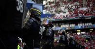 Полиция наблюдает как болельщики Венгрии стоят на трибунах. Архивное фото