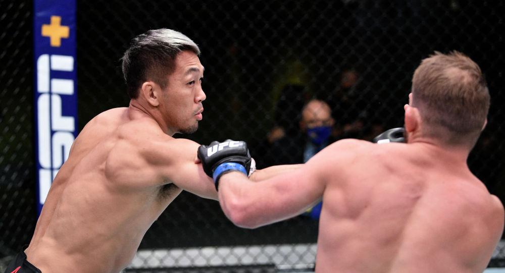 Боец из Японии Такаши Сато во время боя с американцем Джейсоном Уиттом на турнире UFC on ESPN 12 в Лас-Вегасе