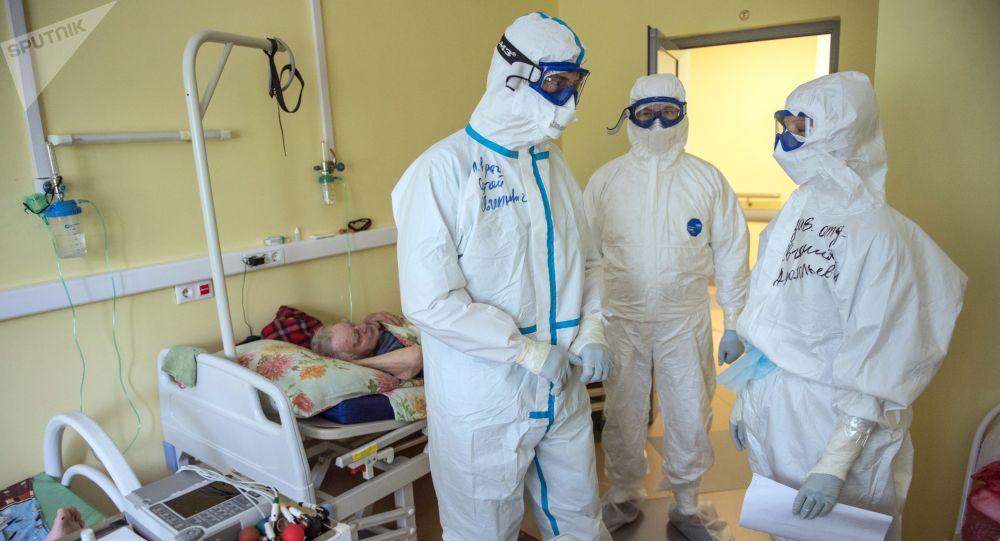 Медициналык кызматкерлер оорукананын коронавирус менен ооругандар бөлмөсүндө. Архив
