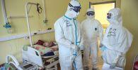 Медицинские работники больницы в палате с коронавирусными больными. Архивное фото