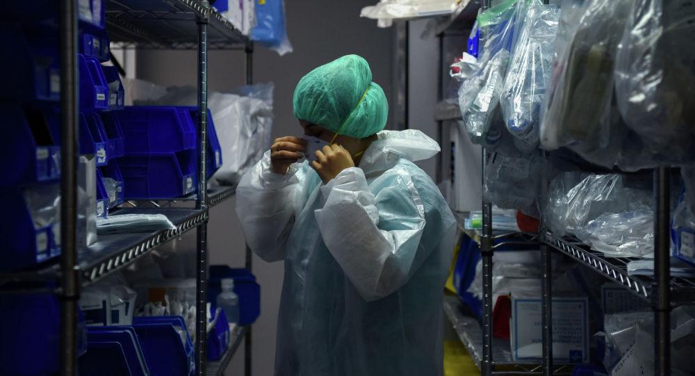 Медицинский работник надевает защитное снаряжение