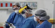 Медицинский персонал в полном защитном снаряжении. Архивное фото