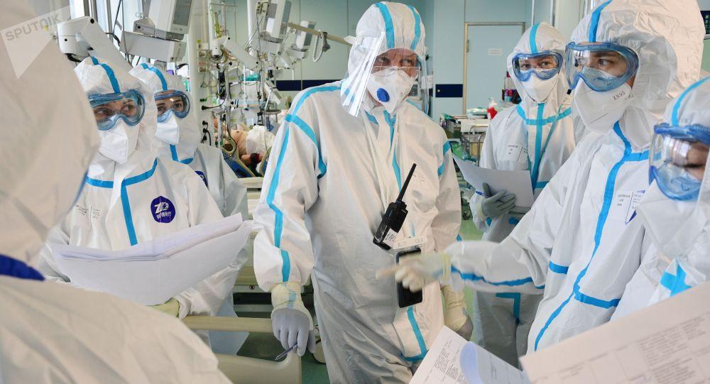 Медицинские работники в отделении реанимации. Архивное фото