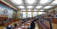 Кыргызстандын президенти Сооронбай Жээнбеков Жогорку Кеңештин жыйынында