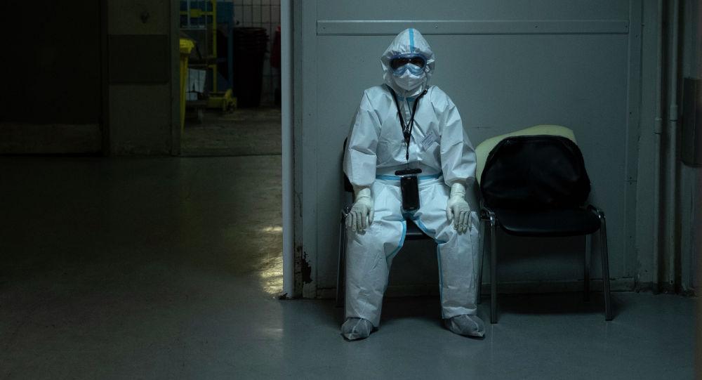 Медицинский работник во время перерыва на отдых. Архивное фото