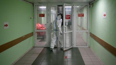 Медицинский работник входит в отделение больницы. Архивное фото