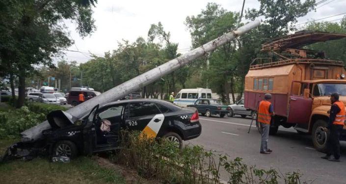 В Бишкеке таксист сбил мотоциклиста и врезался в опору троллейбусной линии