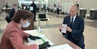 Владимир Путин Баш мыйзамга түзөтүү киргизүү боюнча добуш берүү учурунда