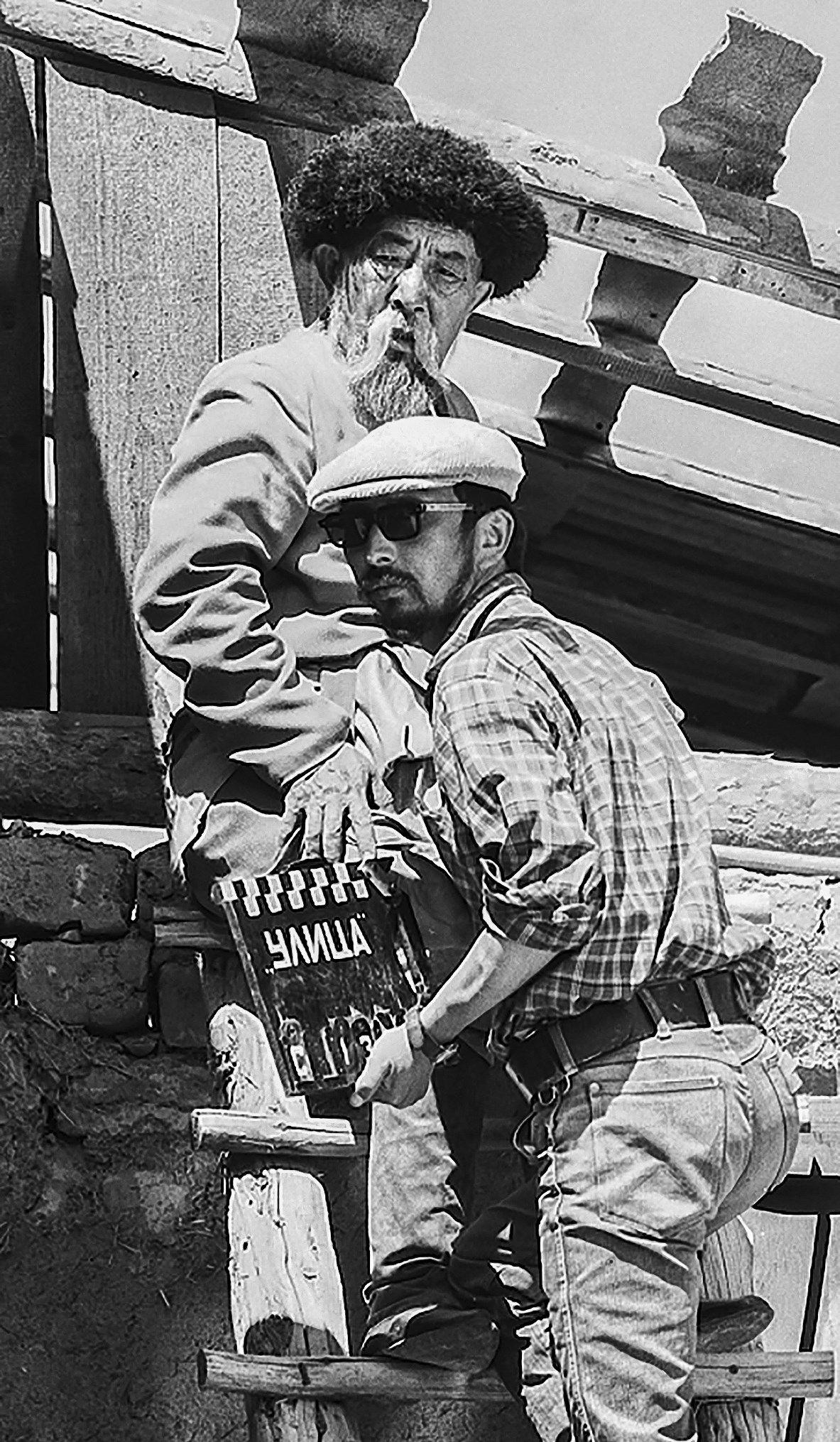 СССРдин эл артисти Муратбек Рыскулов менен кинорежиссер, сценарист Төлөгөн Сыдыковдун сүрөтү 1972-жылы Ош облусунда тартылган