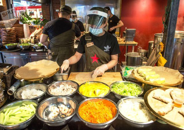 Сотрудница ресторана готовит заказ. Архивное фото