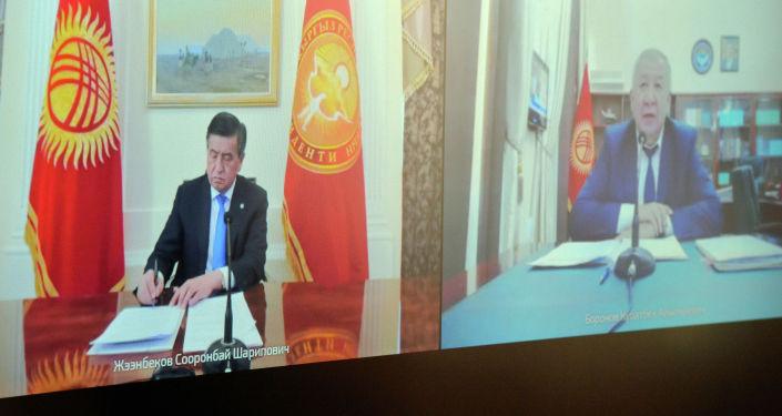 Президент Кыргызстана Сооронбай Жээнбеков по видеосвязи обсудил с премьер-министром Кубатбеком Бороновым ситуацию с коронавирусом в стране
