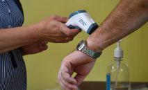 Мужчине измеряют температуру. Архивное фото