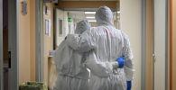 Врачи в коридоре больницы. Архивное фото