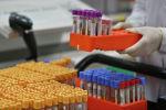 Коронавируска анализ жүргүзүп жаткан лаборатория кызматкери