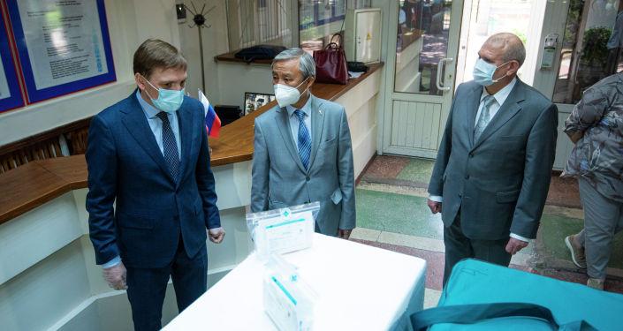 Российская делегация медиков передала тест-системы для выявления COVID-19 Департаменту профилактики заболеваний и госсанэпиднадзора КР